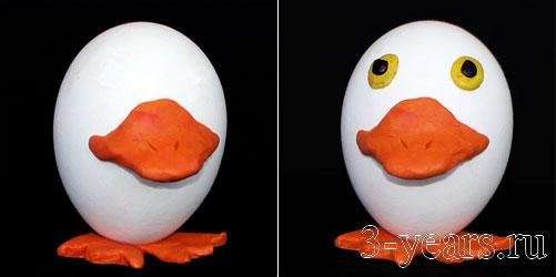прикрепим лапки и клюв к яйцу