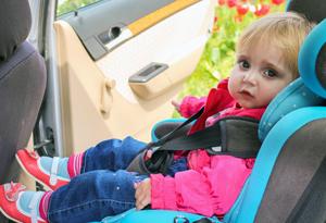 Ребенка укачивает в автомобиле