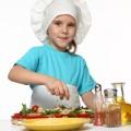 Поиграем в поварят: чем занять ребенка на кухне